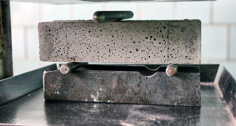 Проверка цементного блока на прочность
