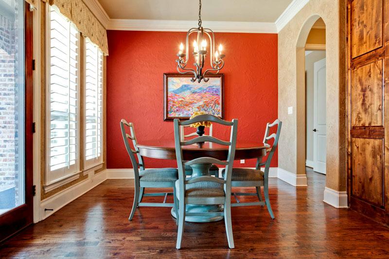 Сделать тёплый интерьер более прохладным можно при помощи цвета мебели