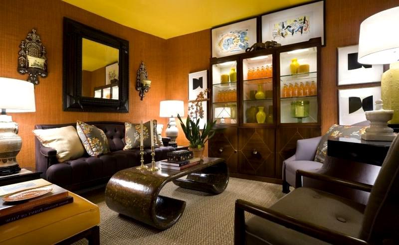 Спокойный оттенок, на восприятие которого влияет оригинальный жёлтый цвет потолка и тёмная коричневая мебель