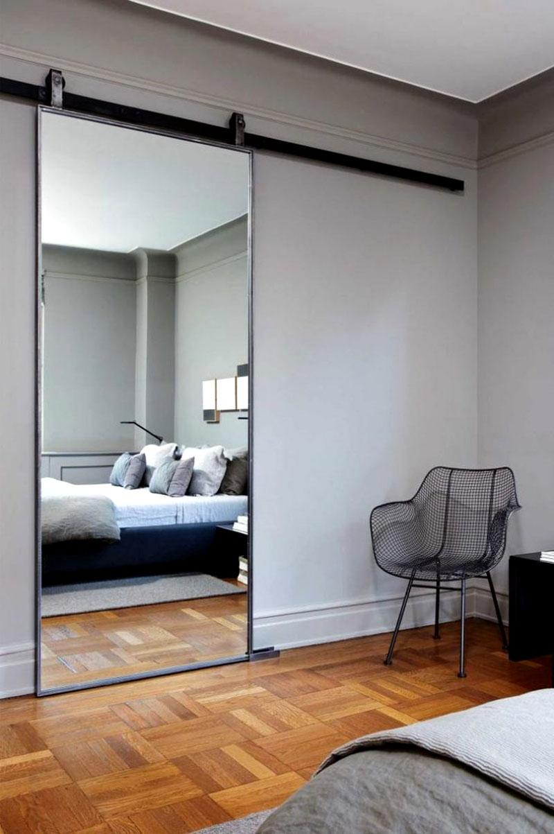 Зеркальная техно-дверь в спальне в современном стиле