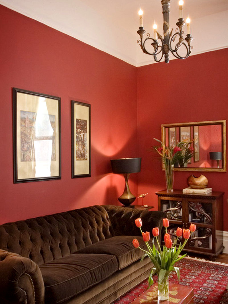 Шоколадный оттенок мебельной обивки из велюра сочетается с немного агрессивным красноватым оттенком стен