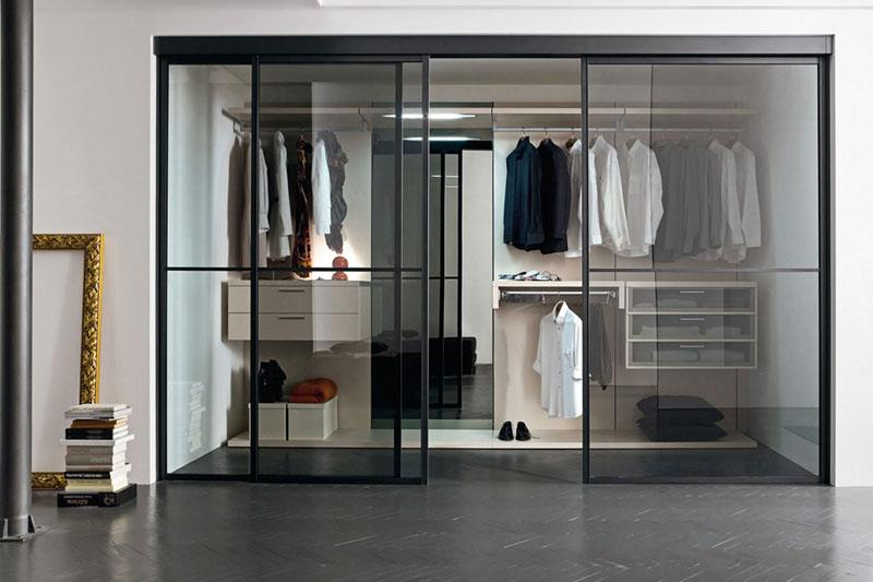 Прозрачные полотна требуют идеального порядка в гардеробной