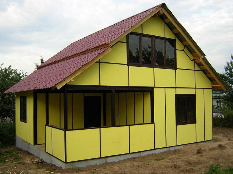Частный одноэтажный дом, отделанный сэндвич-панелями