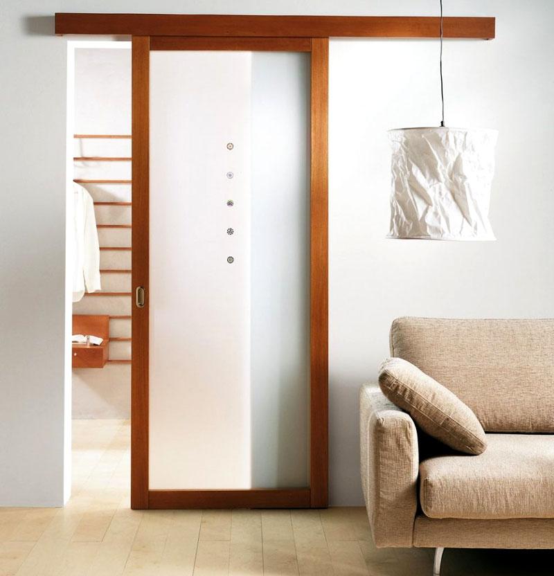 Матовая поверхность на фоне нейтральной отделки стен подчеркнёт благородный оттенок натуральной древесины