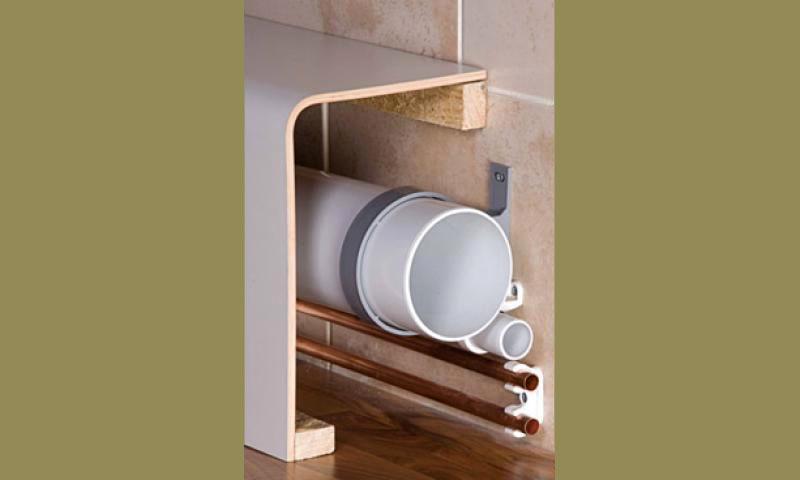 Открытый способ укладки труб (крепление к стене, под коробом)