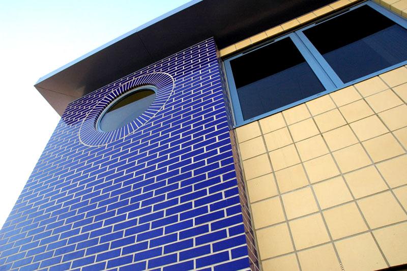 Облицовка части стены частного дома глазурованным кирпичом
