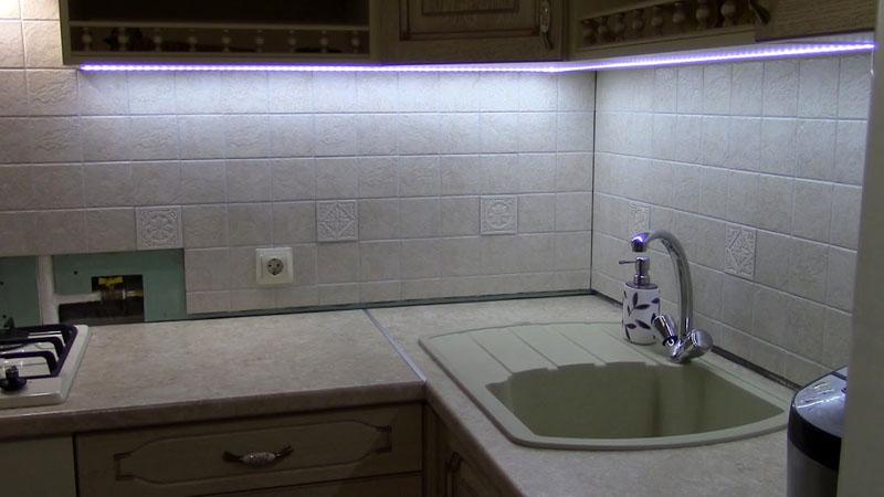 LED-профили на кухонной мебельной секции
