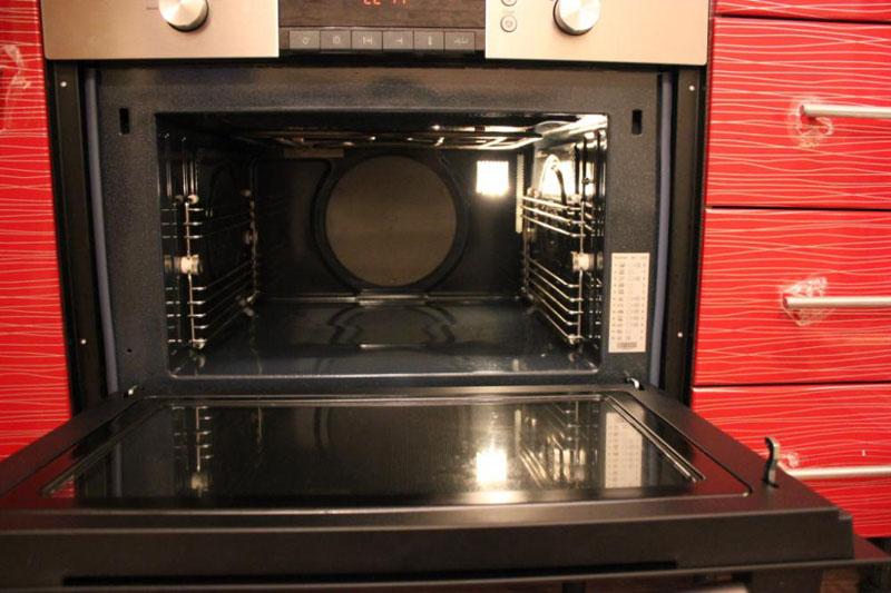 Внешне встраиваемая духовка с микроволновкой ничем не отличается от стандартного кухонного оборудования