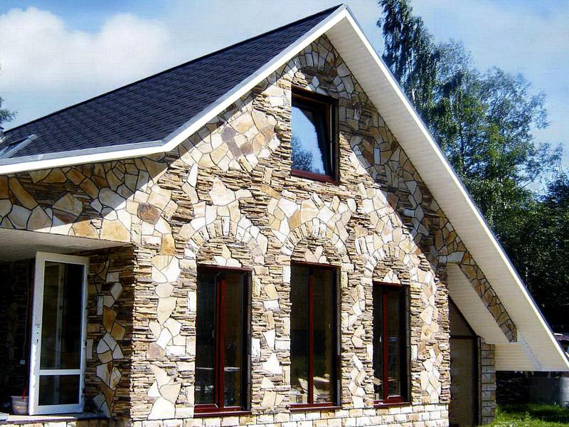 Можно подойти к отделке фасада частного дома с фантазией