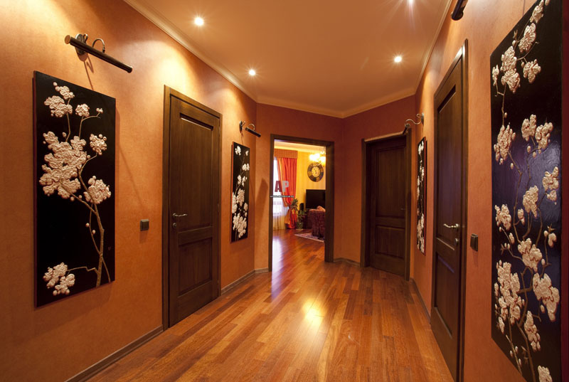 Панно тёмной расцветки поможет скорректировать размер просторного помещения
