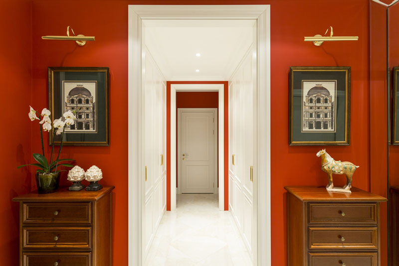 Светлый декор и белое обрамление дверного проёма визуально сделают прихожую более просторной