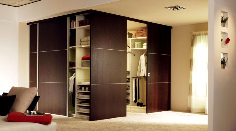 Встроенная гардеробная с деревянными раздвижными полотнами