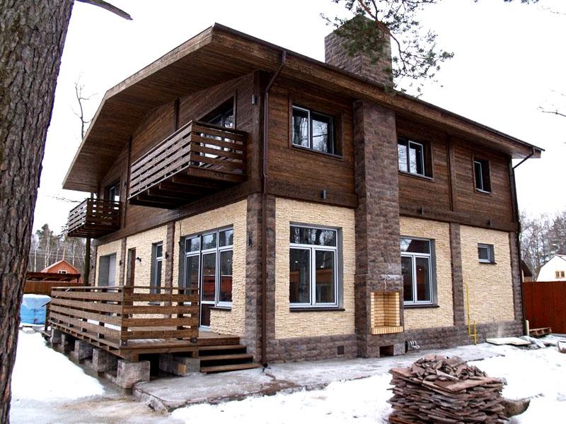 Двухэтажный дом с комбинированной отделкой