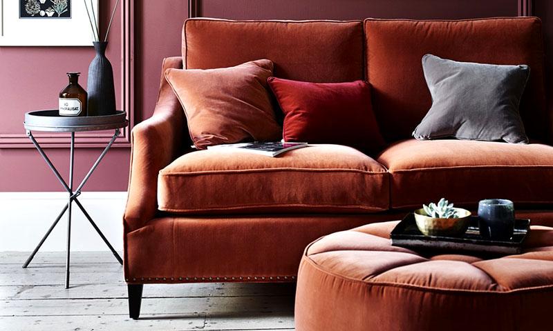 Приглушённый оттенок велюровой мебельной обивки станет смелым решением для гостиной