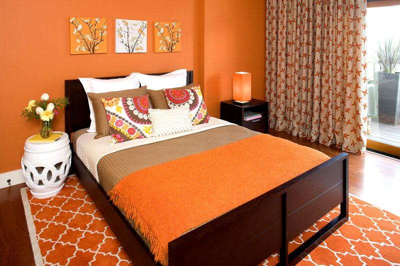 Тёплый интерьер спальни с «апельсиновыми» нотками
