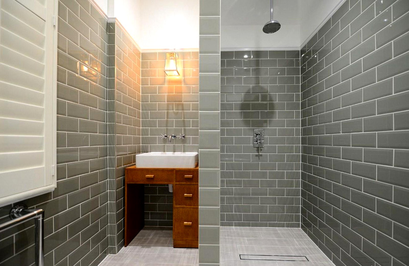 Если вы выбрали строгий лофт, то и здесь пригодится модная плитка – с имитацией кирпича