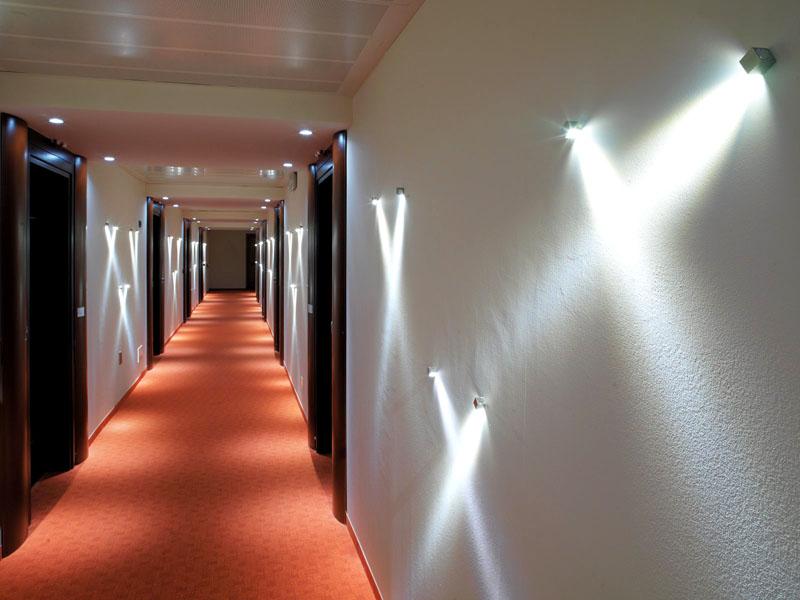 Светодиодная подсветка добавляет шарма интерьеру коридора