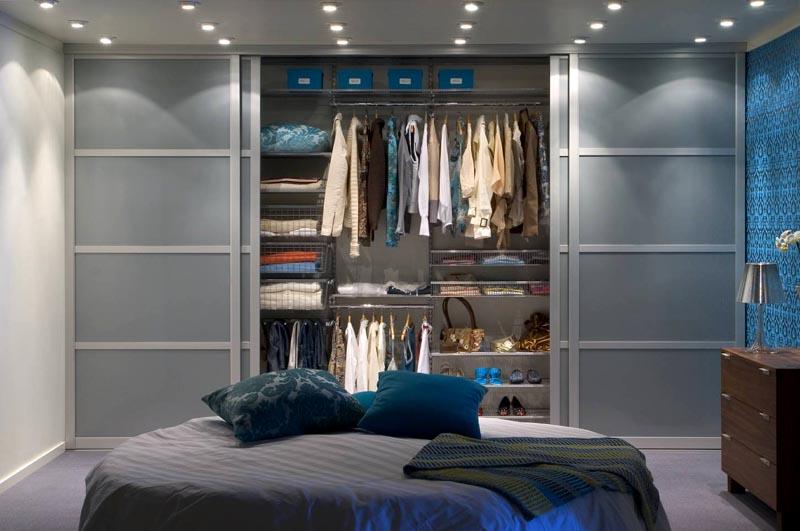 Акцентная стена в комнате отвлекает излишнее внимание от зоны хранения