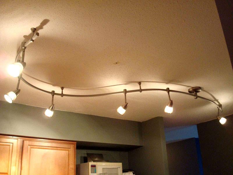 Такие светильники можно направить на более затемнённые зоны