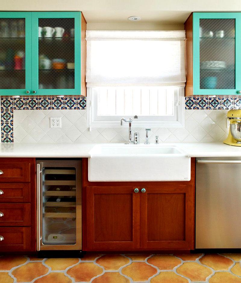 Напольная плитка органично сочетается с голубыми навесными шкафами