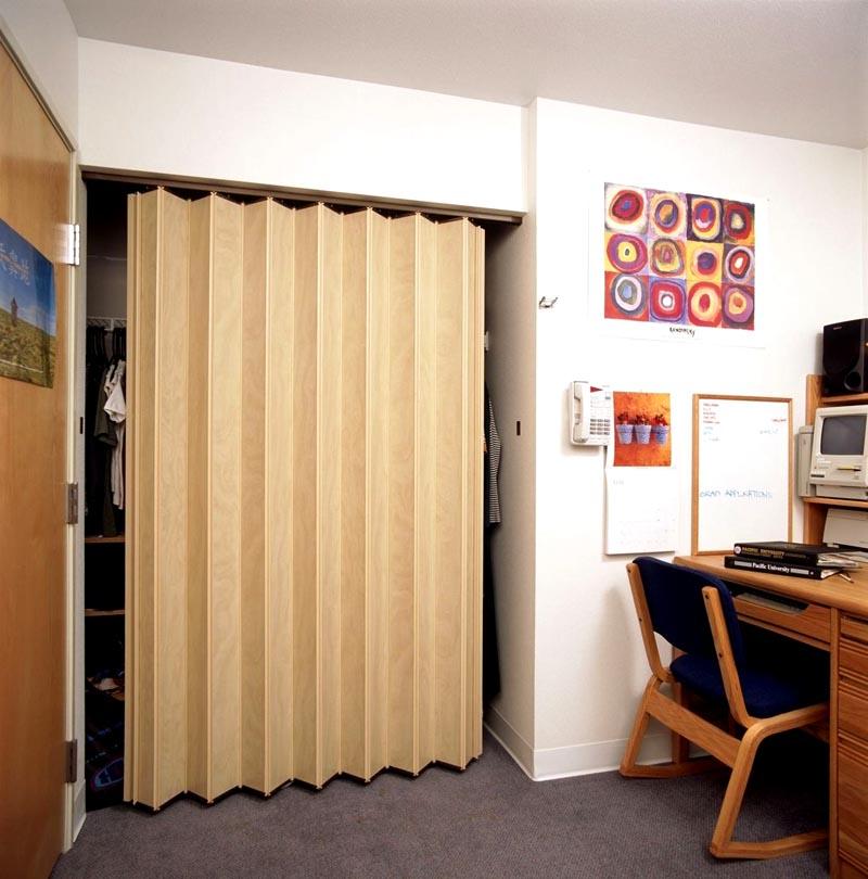Компактность до мелочей, или Как выбрать раздвижные двери для гардеробной