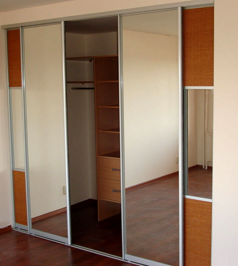 Зеркала в полный рост визуально увеличат небольшую комнату