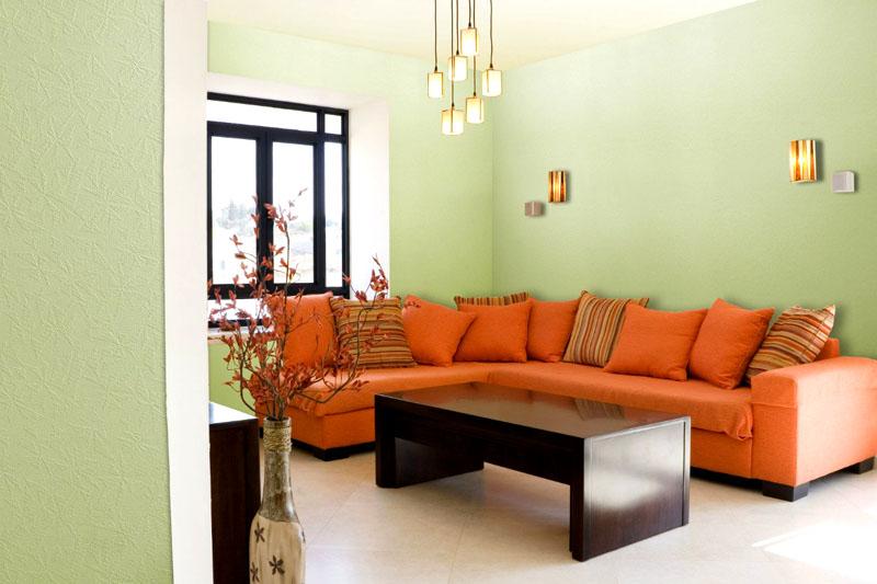 Такой угловой диван станет главным акцентом в гостиной с нейтральным оформлением стен