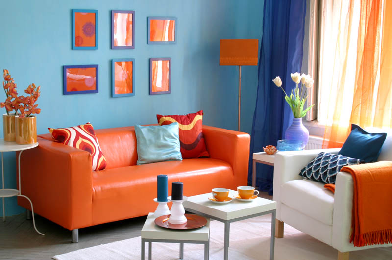 Яркий кожаный диван – главный акцент гостиной