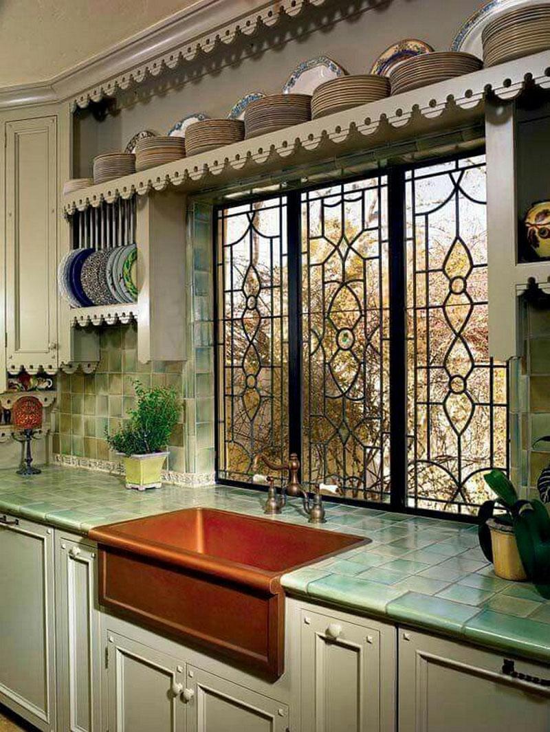«Холодный» интерьер кухни можно разбавить тёплым оттенком раковины