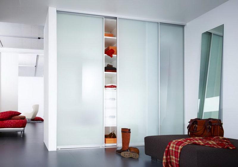 Сплошное матовое стекло для встроенной системы хранения зрительно увеличит высоту помещения