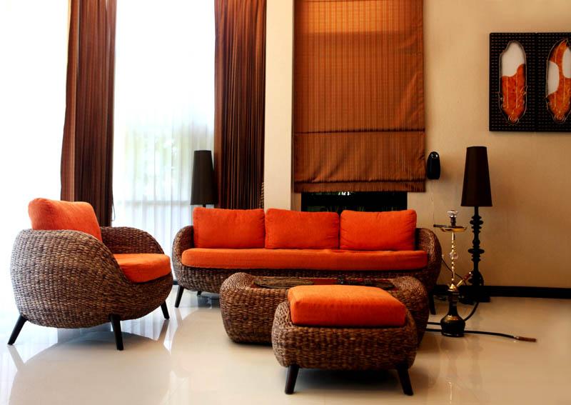 Яркие диванные подушки дополнят шоколадно-кремовую палитру в гостиной