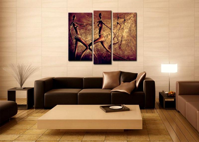 Крупные полотна над диваном в гостиной