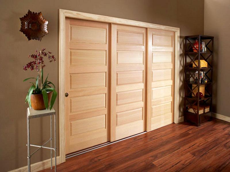 Материал изготовления полотен должен гармонично сочетаться с отделкой стен, пола и мебелью