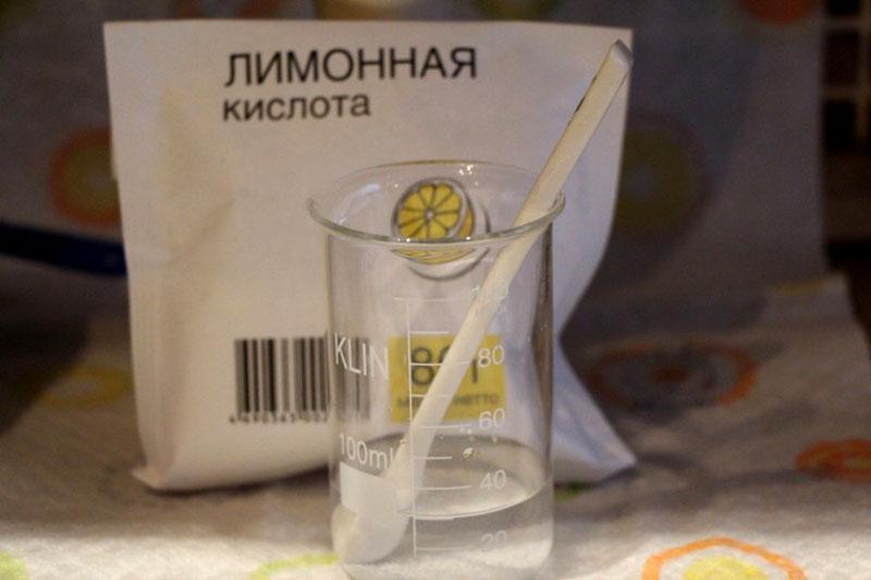 Растворите гранулы лимонной кислоты в паре литров тёплой воды
