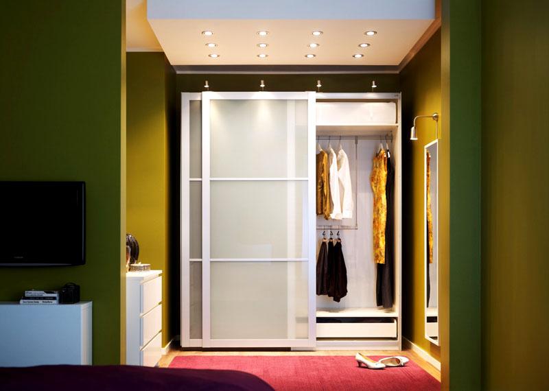 Встроенный гардероб дополнен настенным зеркалом и комодом