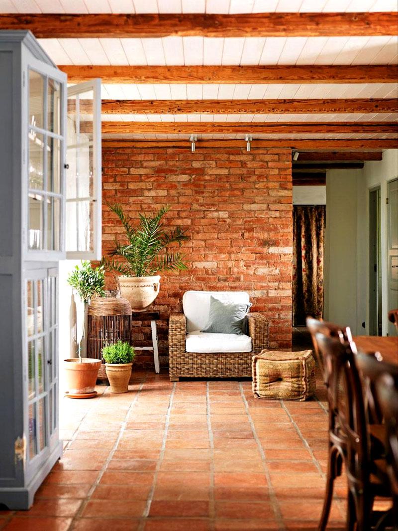 Напольная плитка в кантри-интерьере гостиной-столовой