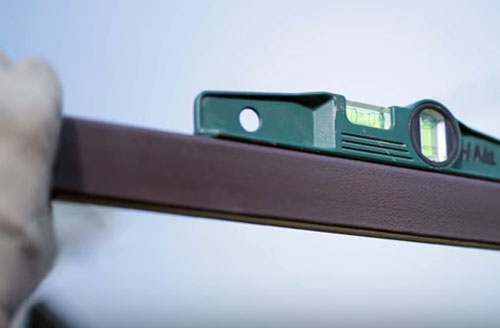 Как самостоятельно установить металлический штакетник для забора: особенности монтажа, необходимые материалы и инструменты