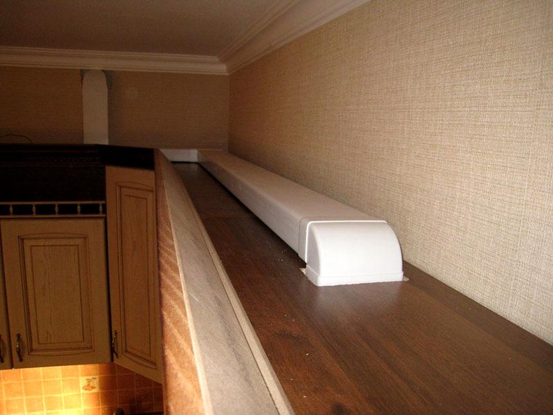 Воздуховод прямоугольного сечения практически незаметен над мебелью