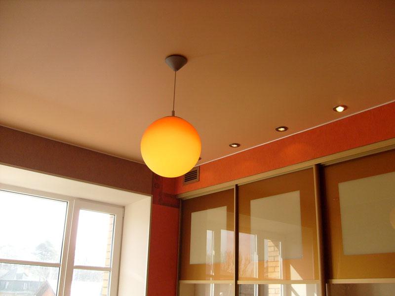 Красивый персиковый оттенок матового потолка