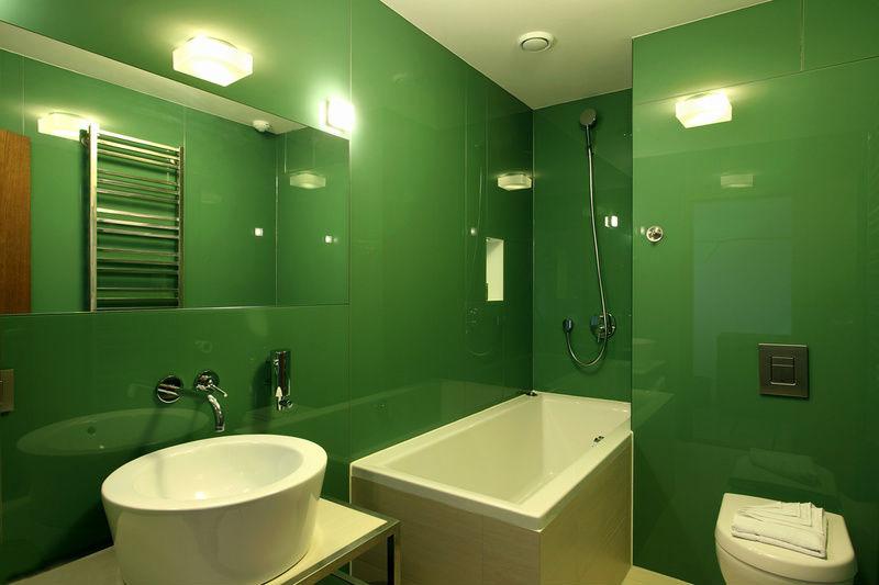 Интерьер ванной, отделанной стеклянными панелями