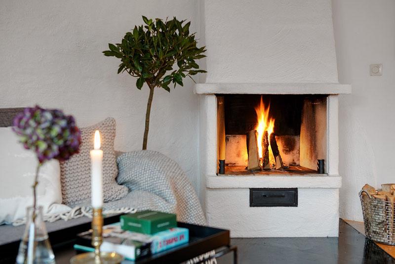 Если пространство позволяет декорировать гостиную камином, обязательно сделайте это!