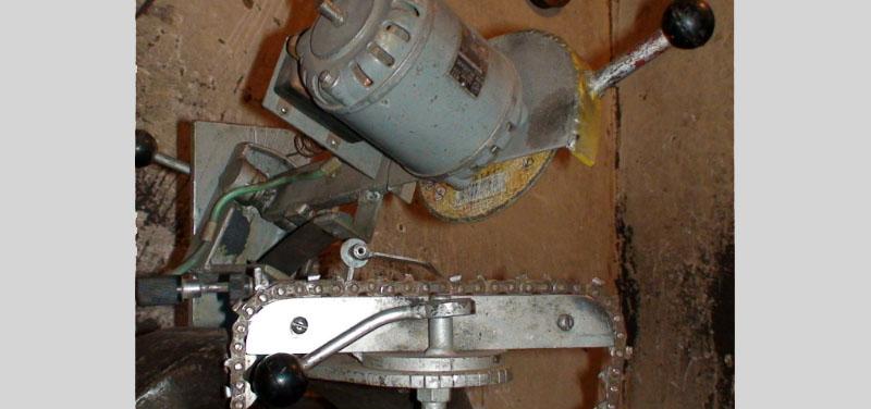 Поворотная шина с пильной лентой в станке