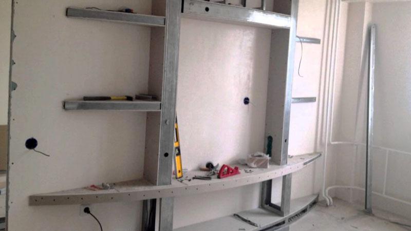 Процесс монтажа каркаса конструкции стеллажа