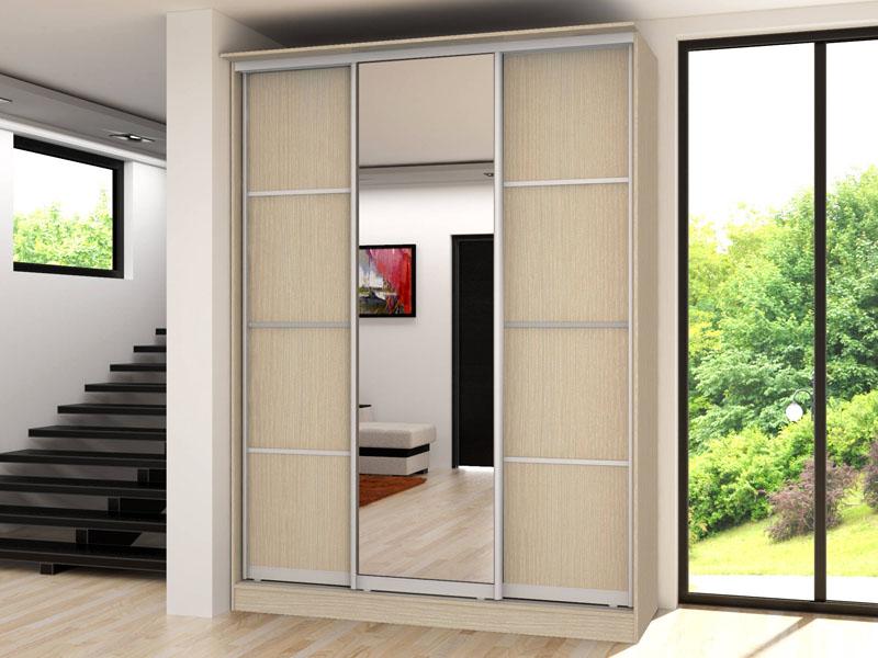 Зеркальные дверцы на шкафах отражают свет и визуально расширяют пространство