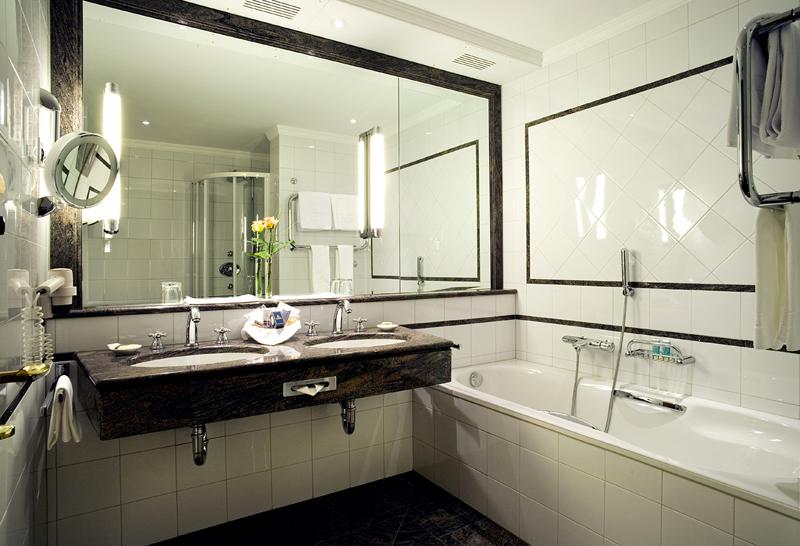 Большое зеркало в ванной зрительно увеличит площадь комнаты