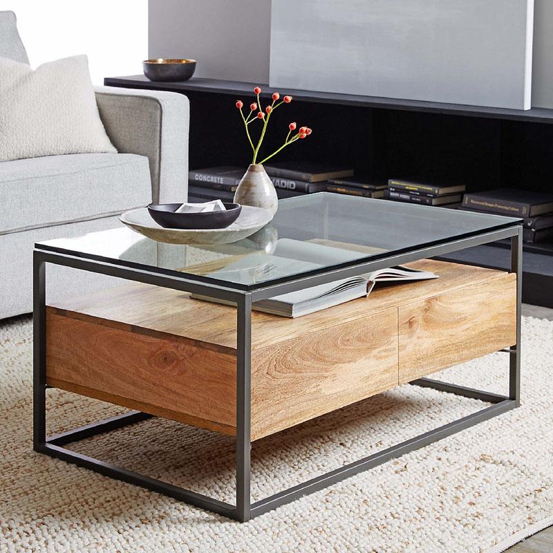 Стеклянный столик на кованых или деревянных ножках отлично дополнит интерьер