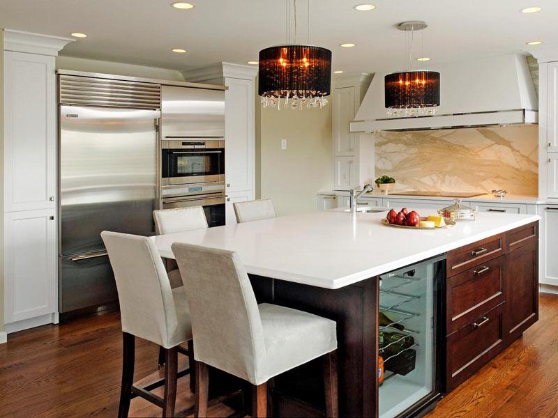 Кухня-остров позволяет совместить рабочую и обеденную зону