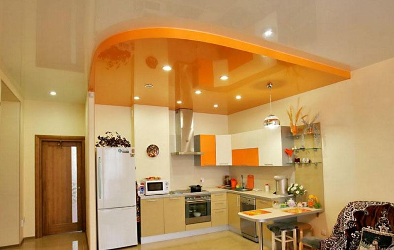 Глянцевый потолок визуально увеличивает высоту стен