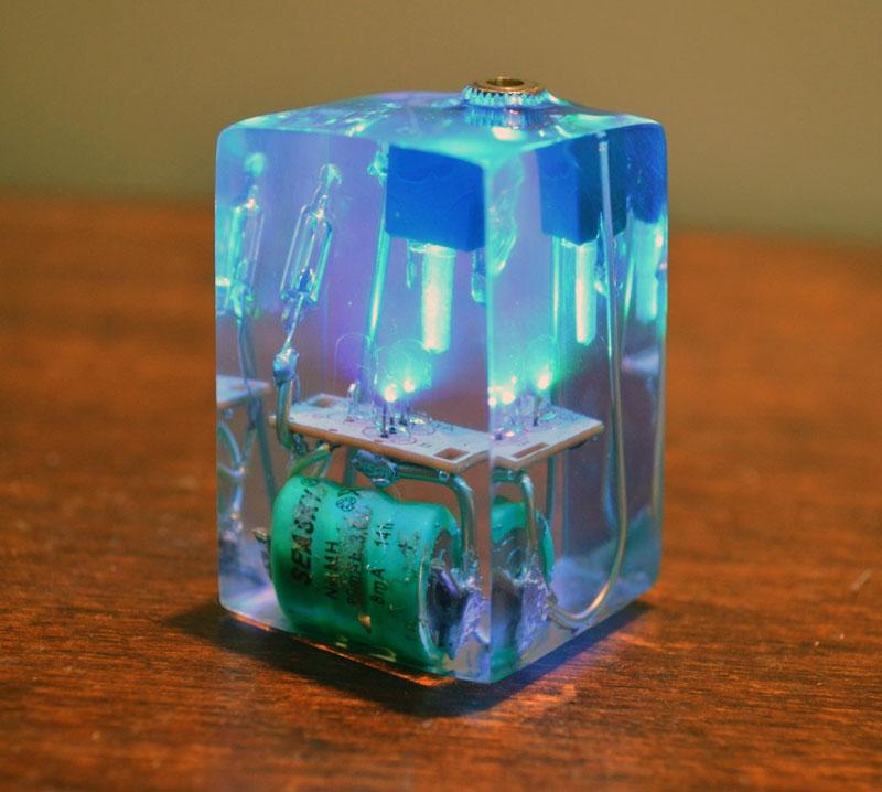 Застывшая и охлаждённая смола практически не проводит электрический ток, поэтому из неё любят делать оригинальные светильники