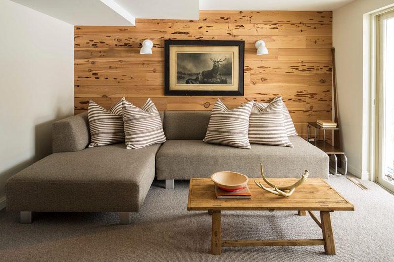 Деревянными панелями можно зонировать гостиную